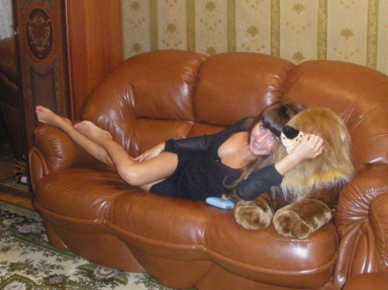 красоткана диване нежится